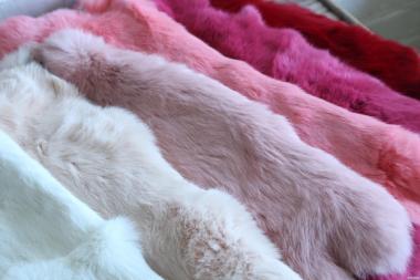 Шкуры кролика выделанные крашенные, оптом продам.