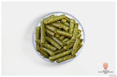 Гранулированная травяная мука (люцерна, бобовые); дрожжи кормовые