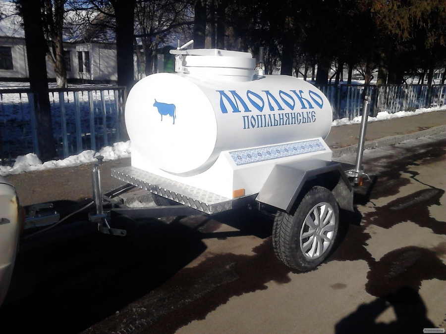 Причіп-цистерна харчова для торгівлі молоком.