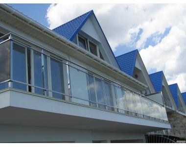 Ограждения из стекла и нержавеющего металла на балкон