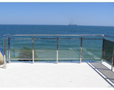 Огорожі зі скла і нержавіючого металу на балкон