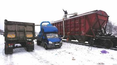 Навантаження вагонів - зерновозів (з машини у вагон).