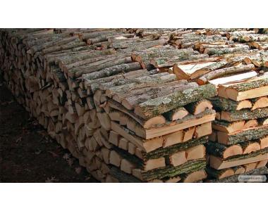 Сухие дрова из дуба и акации (плотно уложенные)