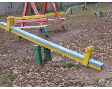 Елементи   дитячого майданчику: гойдалки