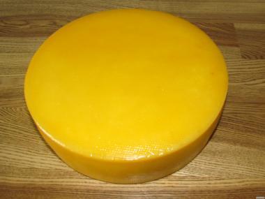 Полутвердый сыр Гауда.