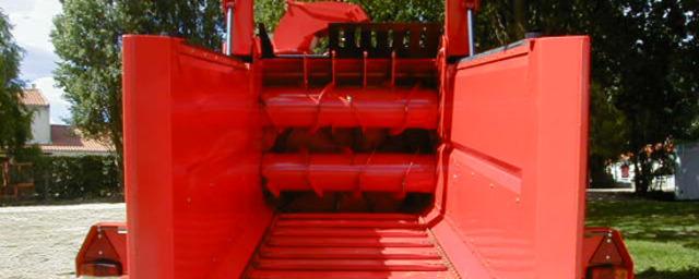 Погрузчик-раздатчик и выдуватель силоса и соломы с механическим приводом раздаточного ротора Altor 6070