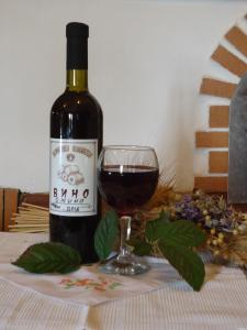 Ягодное вино из ежевики, клубники