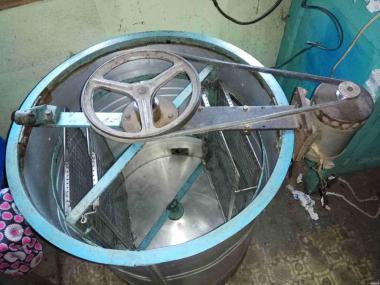 Медогонка електрична 2х рамкова з поворотними касетами 2300грн.